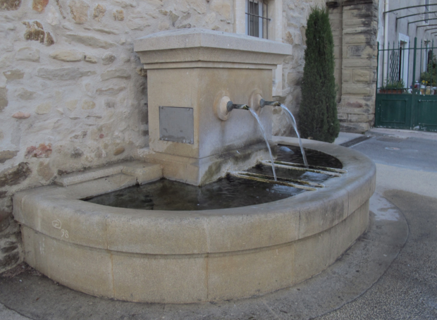 Fontaine traditionnelle en pierre d 39 un jardin de village proven al 84 for Fontaine de jardin en pierre ancienne